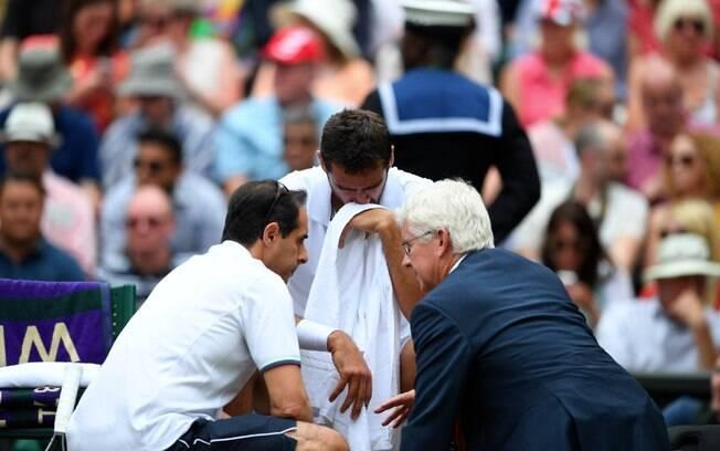 Marin Cilic chora e recebe atendimento no intervalo do jogo contra Roger Federer na final em Wimbledon