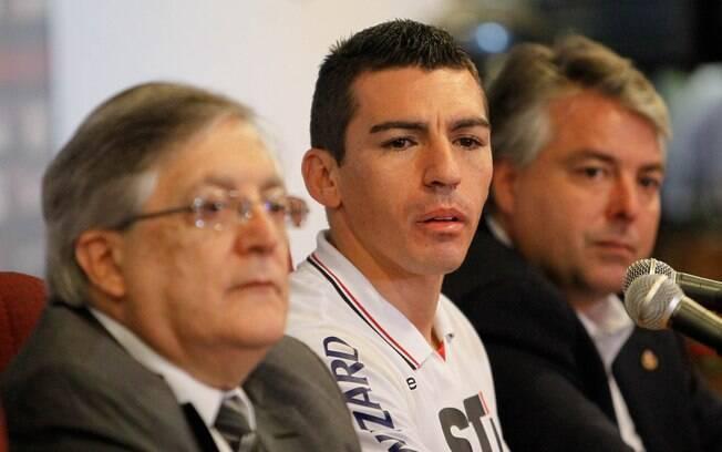 Lúcio conversou com a imprensa. Zagueiro  assinou por duas temporadas com o São Paulo