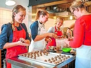 Produção.  Megan   Miller, Melissa Fairchild Clark e Leslie Ziegler  (à esquerda)  testam bolinhos de farinha pura com gengibre e laranja