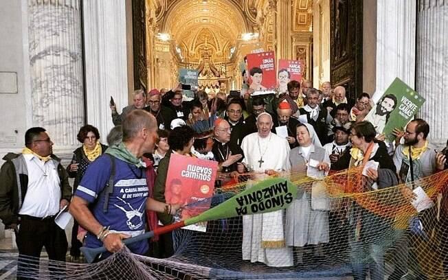 Papa com indígenas no Vaticano no Sínodo da Amazônia