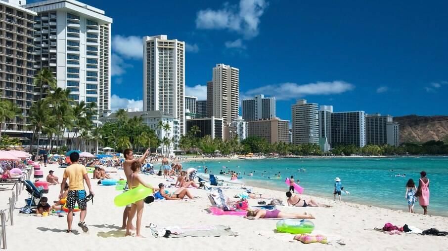 A praia Waikiki Beach, em Honolulu, é uma das praias mais famosas e agitadas das ilhas do Havaí