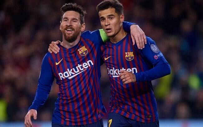 Messi e Coutinho se abraçam após gol do brasileiro, o primeiro em mata-mata da Liga dos Campeões