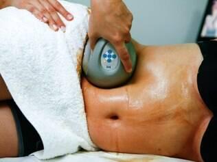 Aparelho especial de ultrassom age na gordura localizada associado ao gel redutor e massagem vigorosa