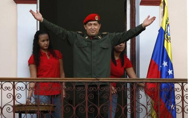 Chávez saúda partidários em Caracas depois de retornar de sua primeira cirurgia após descoberta do câncer em julho de 2011