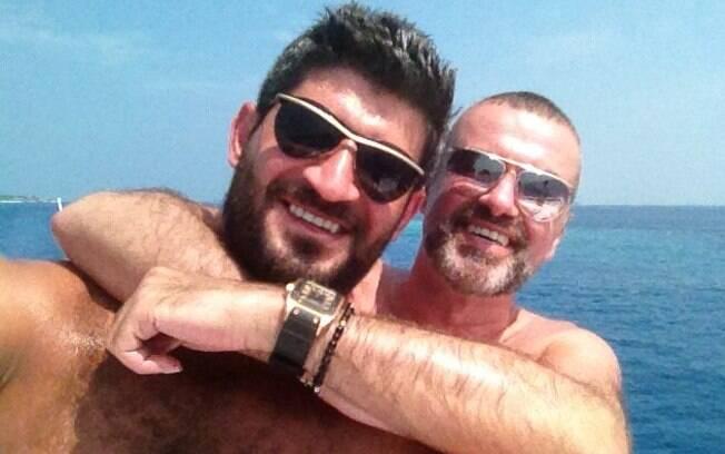 George Michael está recuperando-se da pneumonia nas férias de sol com seu namorado, Fadi Fawaz