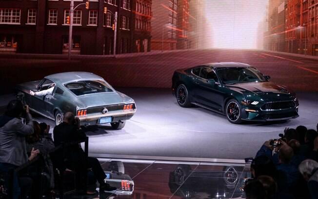 Ford Mustang Bullitt 2019 posa ao lado do modelo original, de 1968 durante o Salão de Detroit, nos Estados Unidos
