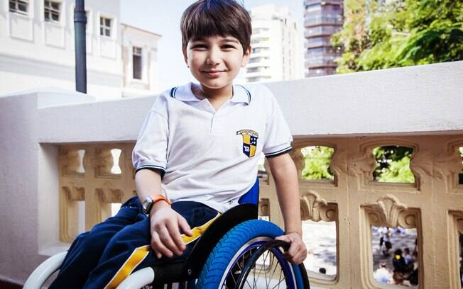 João Lucas, 10, frequenta a mesma escola que o irmão Luiz: para a mãe, Adriana, relação entre os dois não tem protecionismo
