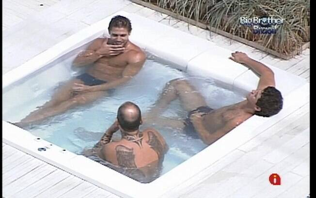 Jonas, Fael e João Carvalho aproveitam a hidromassagem