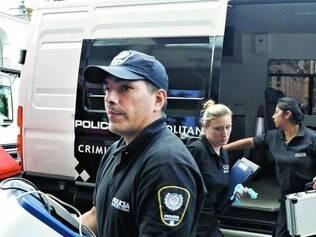 Buscas. Policiais argentinos recolhem material encontrado no apartamento do promotor Nisman