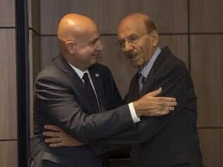 Novo ministro-chefe da Controladoria-Geral da União, Valdir Simão, abraça o antecessor, Jorge Hage, em solenidade de transmissão de cargo no edifício-sede do órgão