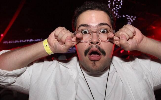 Tiago usava um óculos falso, sem lentes