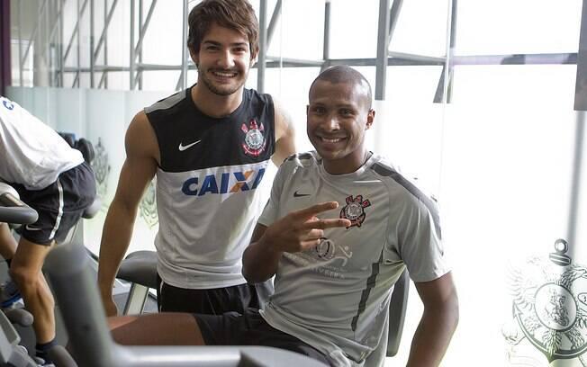 Pato posa para foto com Leandrinho, que trata  de lesão no Corinthians