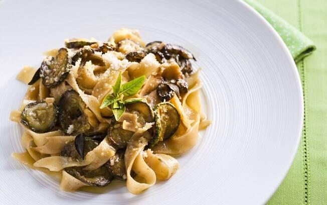 Foto da receita Fettuccine com abobrinha frita pronta.