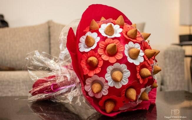 O buquê foi feito de forma artesanal e tinha 30 unidades de coxinha. A cor e as forminhas foram escolhidas pela noiva