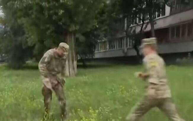 Ao perceber que Ulianov coloca fogo em seu corpo, outros homens conseguem abafar as chamas
