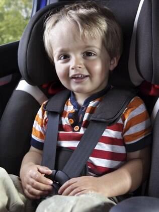 O primeiro passo para escolher a cadeirinha é selecionar o modelo indicado para o peso e a idade do bebê ou da criança