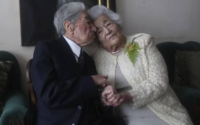 Julio Mora e Waldramina Quinteros posam para uma foto em sua casa em Quito, Equador