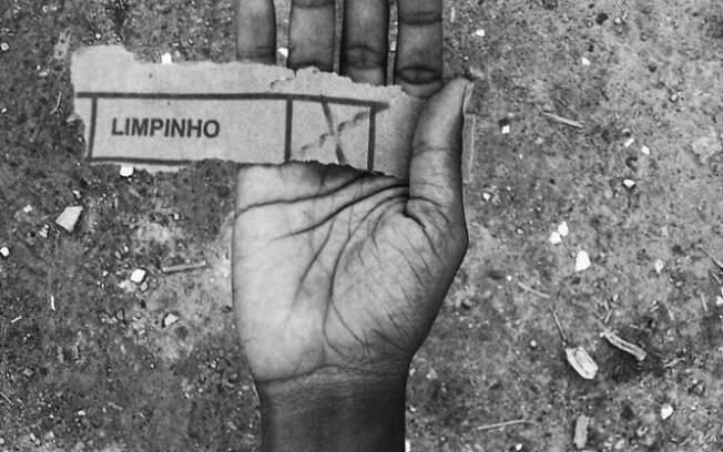 Moisés Patricio, de 26 anos, oferece a mão – quase literalmente – a seus seguidores no Instagram