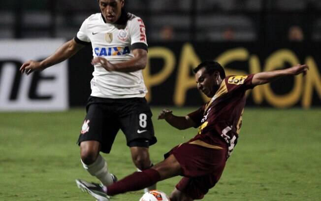 Paulinho passa pela marcação de boliviano