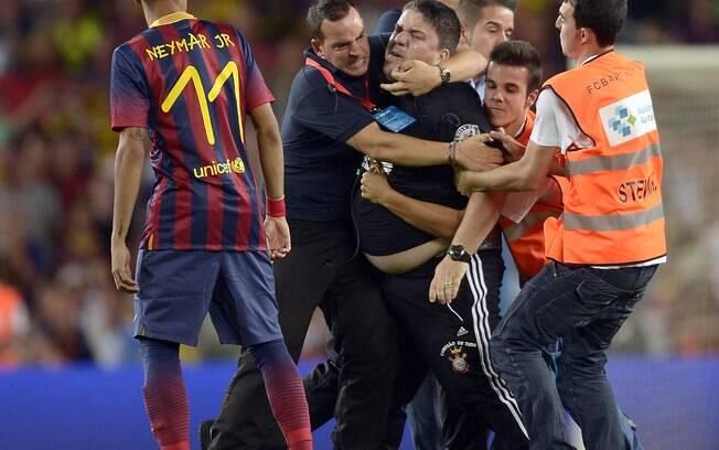 Observado por Neymar, torcedor do Corinthians  invadiu o gramado do Camp Nou e foi segurado com  dificuldade