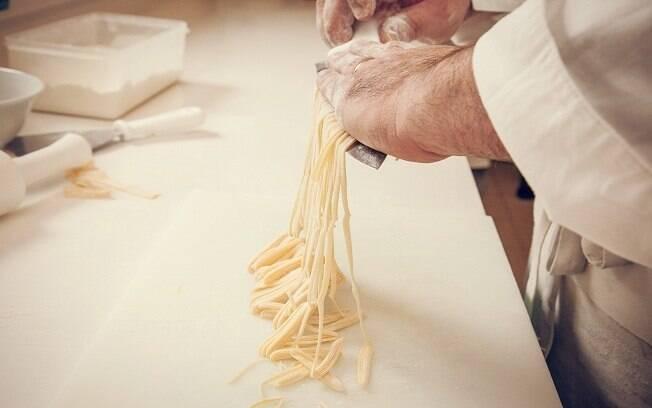 Veja aqui o passo a passo para preparar massa fresca em casa
