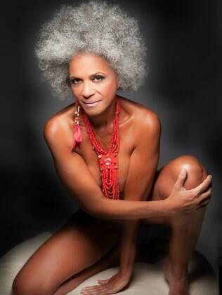 A modelo Vida Pinheiro, de 61 anos, estrela um calendário de mulheres maduras