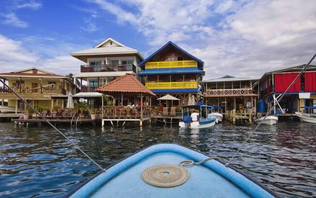 Restaurantes e pousadas com varandas com para o mar em Bocas Town, na Isla Colón