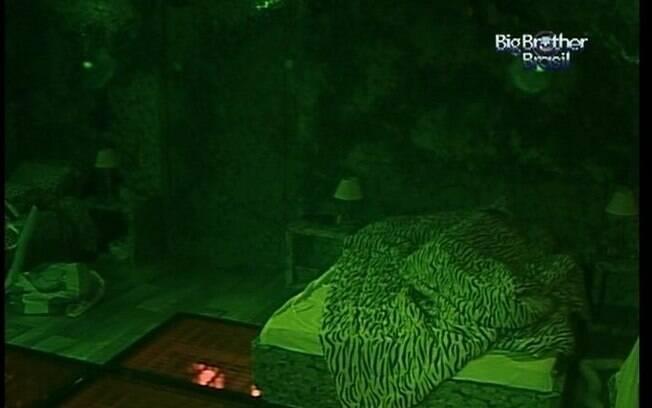 Monique adormece sozinha no Quarto Floresta