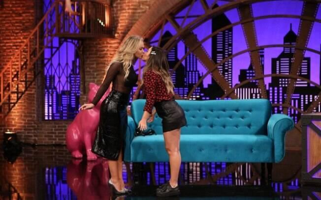 Eliana dá um selinho em Tatá Werneck no Lady Night desta quarta-feira (21)