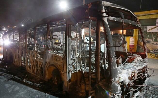 Criminosos promoveram os ataques com intervalo de uma hora. Um quinto ônibus foi parcialmente queimado