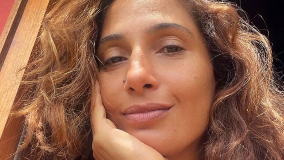 Camila Pitanga assume novo namoro com professor de filosofia