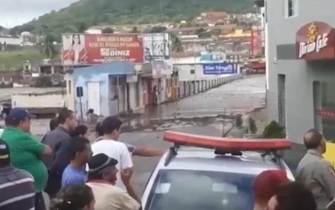 pessoas olhando para enchente