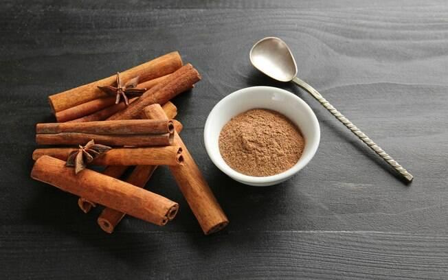 Alimentos termogênicos, como a canela, aceleram o metabolismo e promovem a queima de gordura mais rápido