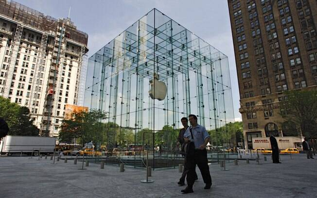 Apple Store localizada no inferior do Cubo de vidro, em Nova York