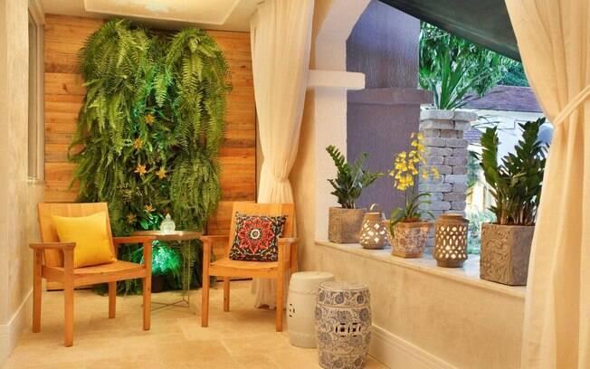 Na varanda, velas provocam uma atmosfera diferente, aponta a arquiteta Flávia Sá