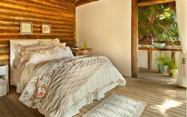 No loft ecológico de 35 m², a arquiteta Celeste Moraes usou madeira de reflorestamento.