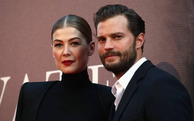 """Rosamund Pike e Jamie Dornan promovem """"A Private War"""" durante o Festival de Cinema de Londres"""