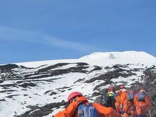 Aventura. Trilha conduz turistas até a cratera do vulcão Villarrica