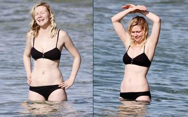 Kirsten Dunst toma banho de mar em praia no Havaí