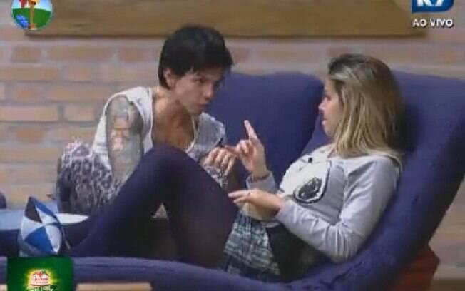 Penélope Nova e Robertha Portella conversam na sala, enquanto outros peões dormem