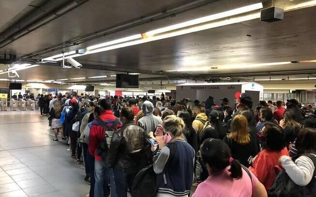 Após anúncio de cancelamento da greve, metrô de São Paulo teve aglomeração