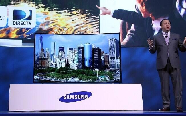 Protótipo de televisão curvada e flexível da Samsung é destaque na CES 2014