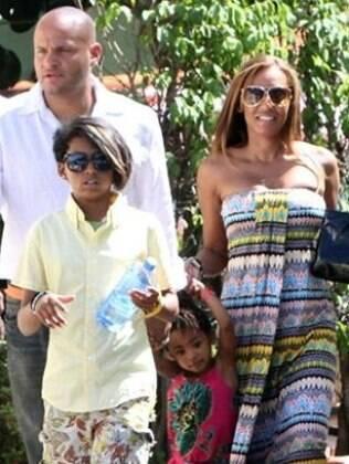 Mel B. com o marido Stephen e os filhos Phoenix Chi e Angel Iris, de relações anteriores