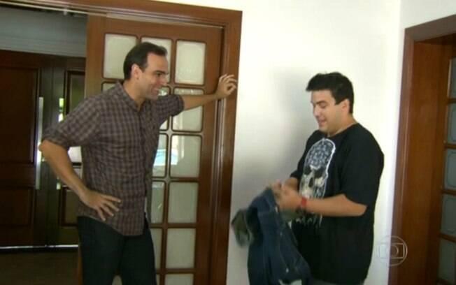 André Marques mostra a Tadeu Schmidt roupas da época em que pesava 160kg
