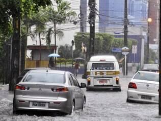 Em nota, a Defesa Civil informou que está intensificando o monitoramento das áreas de risco e está atenta à intensificação das chuvas registrada no início desta manhã