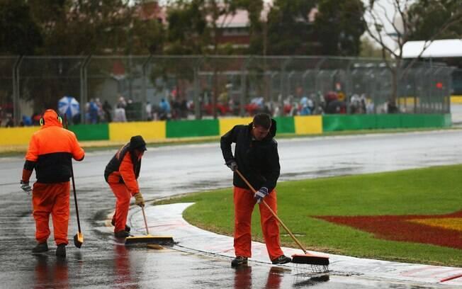 Funcionários tentam, sem sucesso, deixar  pista do GP da Austrália em boas condições para  treino