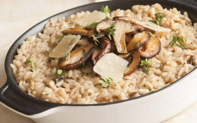 Usando cogumelos da preferência do cozinheiro, o risoto fica uma delicia quanto feito na panela de pressão elétrica