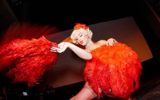 Sweetie Bird ensina a usar os leques: sensualidade do burlesco também vem do que se esconde