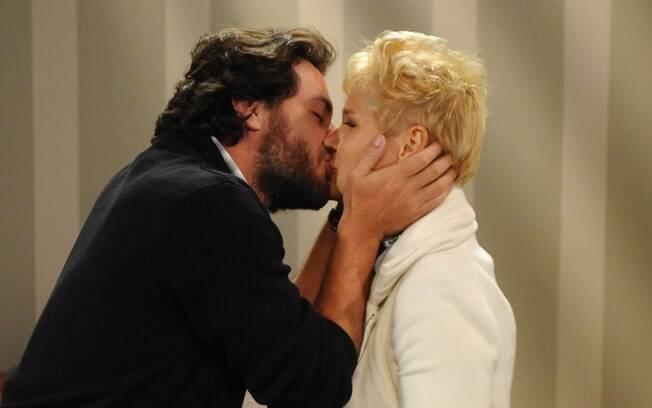 Xuxa e Rodrigo Lombardi se beijam em cena, como Rita e Ricardo
