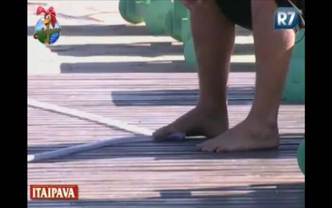 Thiago Gagliasso prende mangueira com o pé